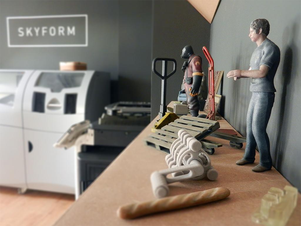 polica s 3D tlačenými objektami